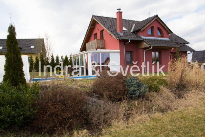 Prodej, rodinný dům 5+kk, 144 m2, pozemek 1003 m2, zastřešený bazén, ul. Chrpová, Psáry