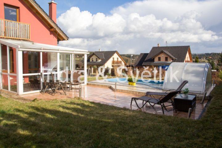 Pronájem, rodinný dům 5+kk, 144 m2, pozemek 1003 m2, zastřešený bazén, ul. Chrpová, Psáry